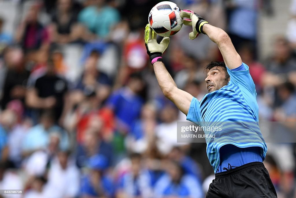 Italy's goalkeeper Gianluigi Buffon warms up prior to the start of Euro 2016 round of 16 football match between Italy and Spain at the Stade de France stadium in Saint-Denis, near Paris, on June 27, 2016. / AFP / MARTIN