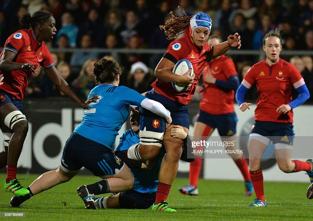 Italy's Hooker Melissa Bettoni (L) vies with France's backrow Safi N'Diaye (C) during the Womens Six Nations rugby union match between France and Italy on February 6, 2016 at the Marcel Verchère stadium in Bourg-en-Bresse, central France. KSIAZEK
