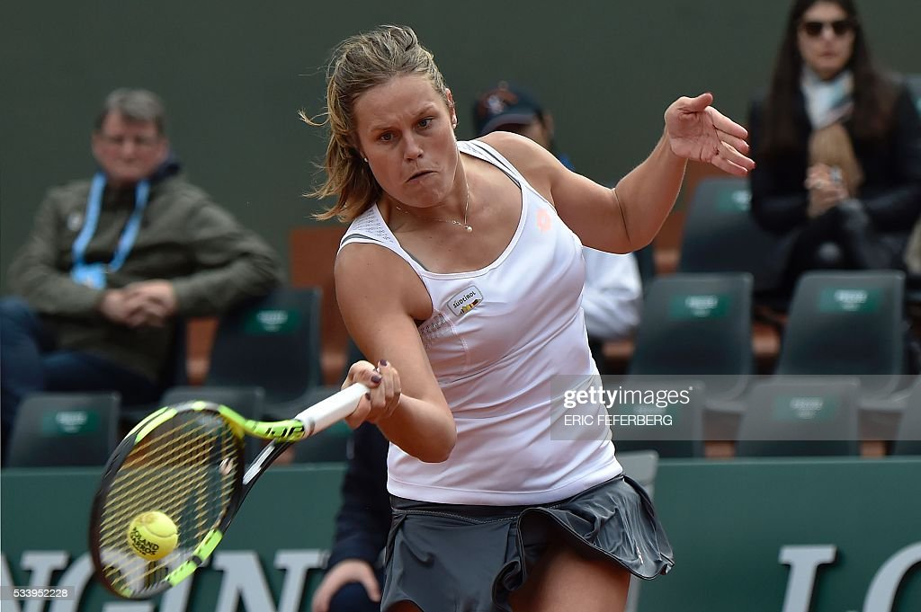 Italy's Karin Knapp returns the ball to Belarus' Victoria Azarenka on their women's first round match at the Roland Garros 2016 French Tennis Open in Paris on May 24, 2016. / AFP / Eric FEFERBERG