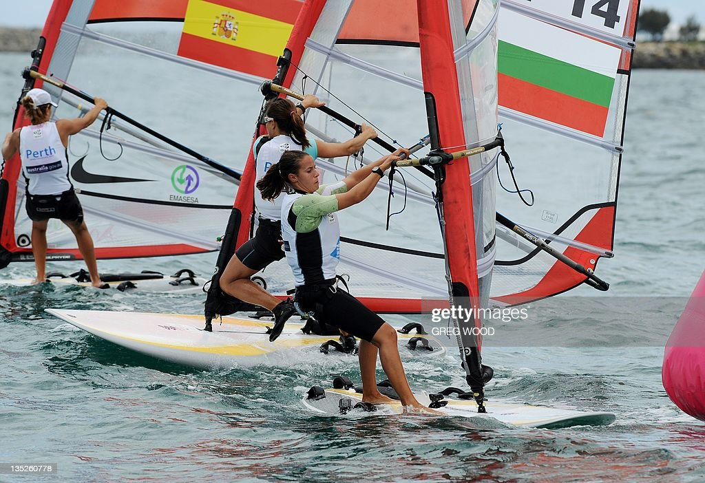 Italy's Laura Linares (C) approaches the windward mark during the first Gold Fleet race in the