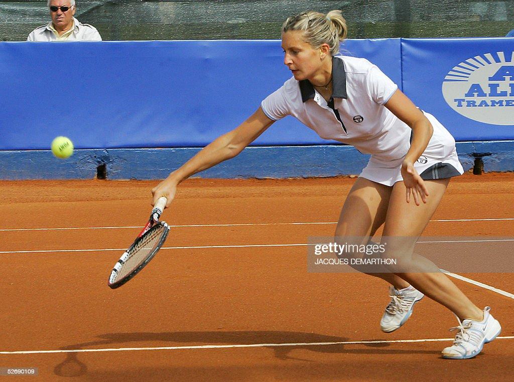 singles in bovina Singles 2002 j&s cup: champion: elena bovina: runner-up: henrieta nagyová: final score: 6–3, 6–1: events.