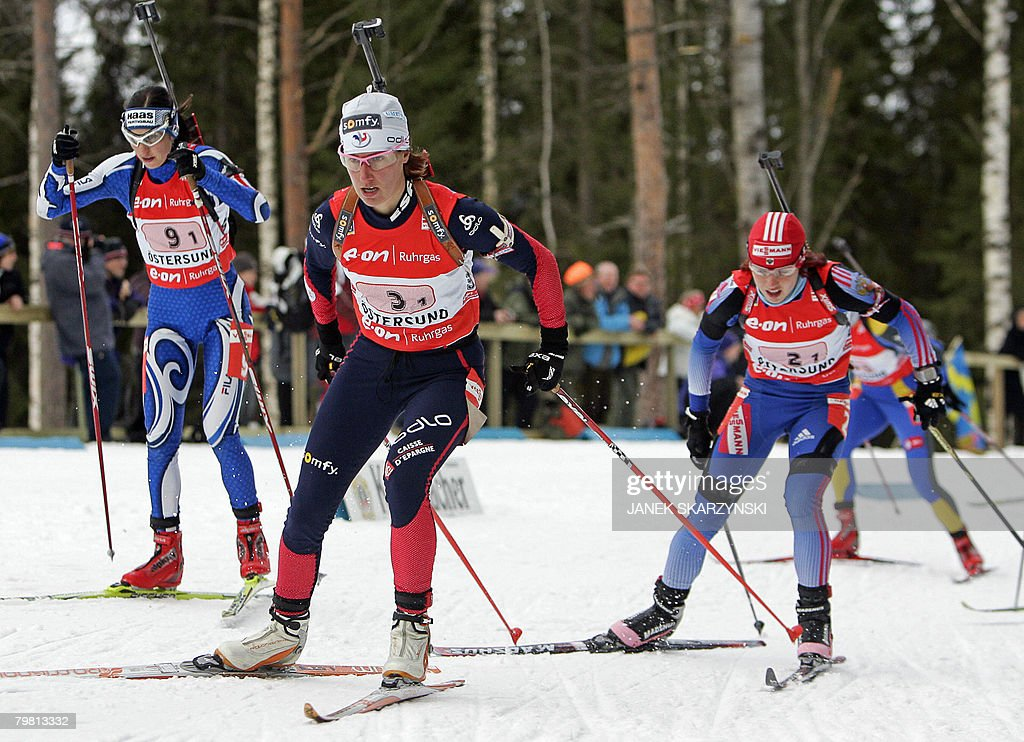 Italy's Michaela Ponza, France's Delphine Peretto and Russia's Svetlan Sleptsova power during the women's 4x6 km relay on the last day of Biathlon world championships, in Ostersund, on February 17, 2008. Germany was first, Ukraine was second and France third.