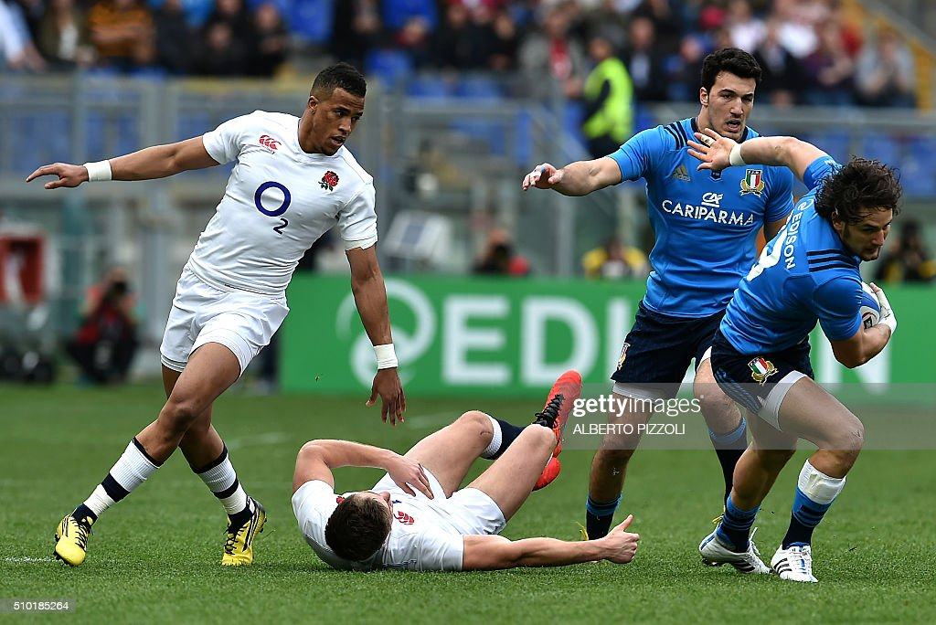 Italy's Michele Campagnaro (R) escapes during the Six Nations international rugby union match between Italy and England on February 14, 2016 at Olympic stadium in Rome. / AFP / ALBERTO PIZZOLI