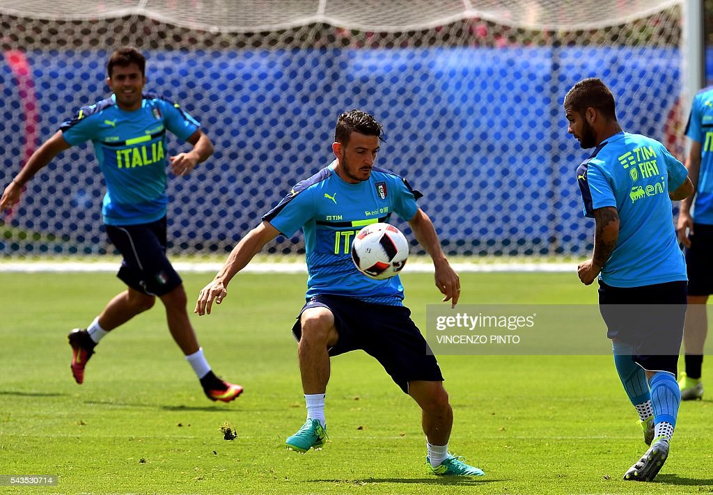 Italy's midfielder Alessandro Florenzi (C), Italy's forward Lorenzo Insigne (R) and Italy's forward Citadin Martins Eder (L) practice during a training session at the team's training ground in Montpellier on June 29, 2016, as part of the the Euro 2016 European football championship. / AFP / VINCENZO
