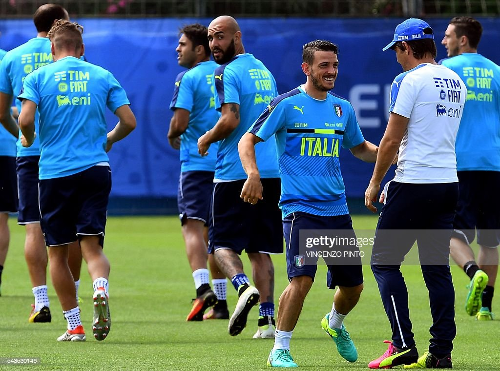 Italy's midfielder Alessandro Florenzi (2ndR) speaks with Italy's coach Antonio Conte (R) during a training session at the team's training ground in Montpellier on June 29, 2016, as part of the the Euro 2016 European football championship. / AFP / VINCENZO