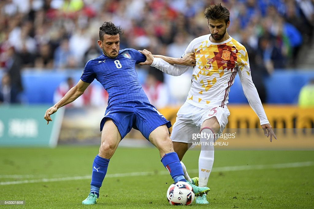 Italy's midfielder Alessandro Florenzi (L) vies for the ball against Spain's defender Gerard Pique during Euro 2016 round of 16 football match between Italy and Spain at the Stade de France stadium in Saint-Denis, near Paris, on June 27, 2016. / AFP / MARTIN