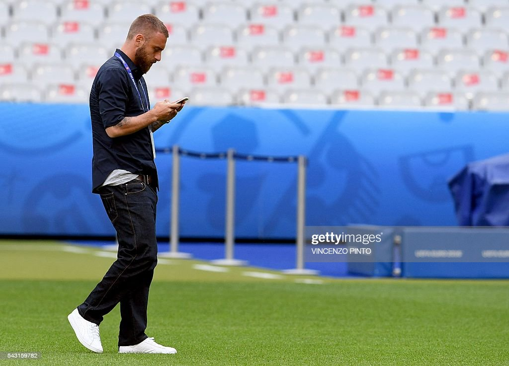 Italy's midfielder Daniele De Rossi in the San Denis stadium in Paris during a walks around on June 26, 2016, on the eve of the Euro 2016 football match against Spain. / AFP / VINCENZO