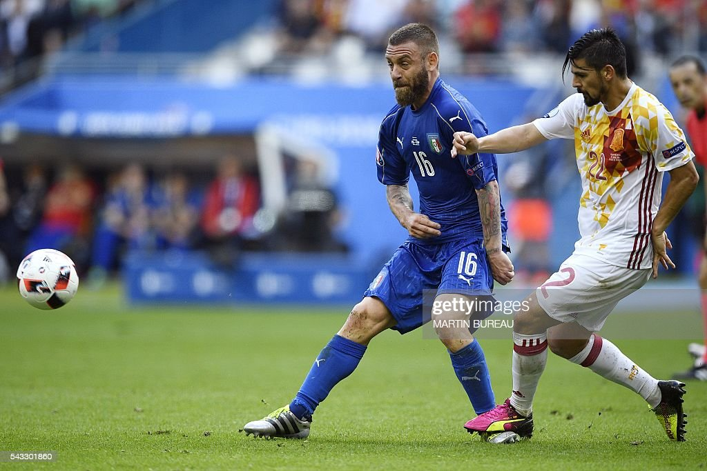 Italy's midfielder Daniele De Rossi (L) vies for the ball against Spain's forward Nolito during Euro 2016 round of 16 football match between Italy and Spain at the Stade de France stadium in Saint-Denis, near Paris, on June 27, 2016. / AFP / MARTIN