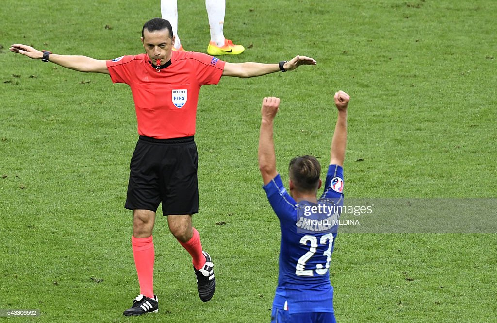 Italy's midfielder Emanuele Giaccherini (R) celebrates as Turkish referee Cuneyt Cakir (L) blows the whistle at the end of the Euro 2016 round of 16 football match between Italy and Spain at the Stade de France stadium in Saint-Denis, near Paris, on June 27, 2016. / AFP / MIGUEL