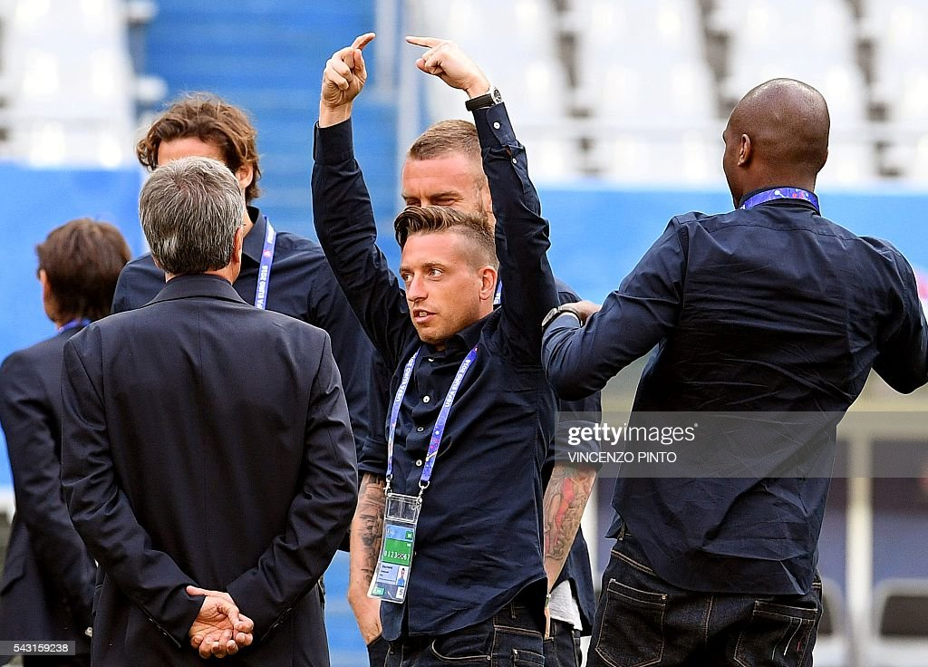 Italy's midfielder Emanuele Giaccherini (C) gestures in the San Denis stadium in Paris during a walks around on June 26, 2016, on the eve of the Euro 2016 football match against Spain. / AFP / VINCENZO
