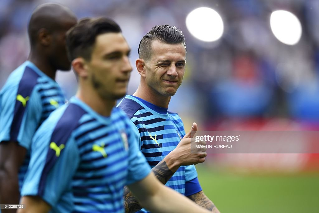 Italy's midfielder Federico Bernardeschi gives the thumb-up prior to the start of Euro 2016 round of 16 football match between Italy and Spain at the Stade de France stadium in Saint-Denis, near Paris, on June 27, 2016. / AFP / MARTIN