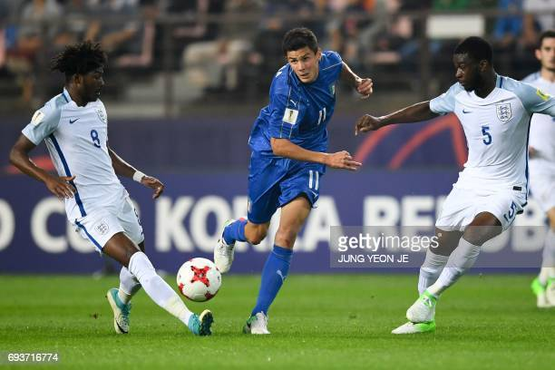 Italy's midfielder Matteo Pessina passes the ball next to England's midfielder Ainsley MaitlandNiles and defender Fikayo Tomori during the U20 World...