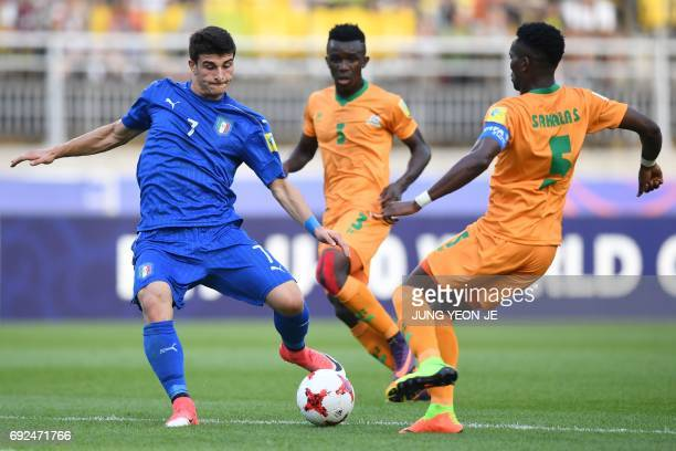 Italy's midfielder Riccardo Orsolini and Zambia's defender Solomon Sakala compete for the ball during the U20 World Cup quarterfinal football match...