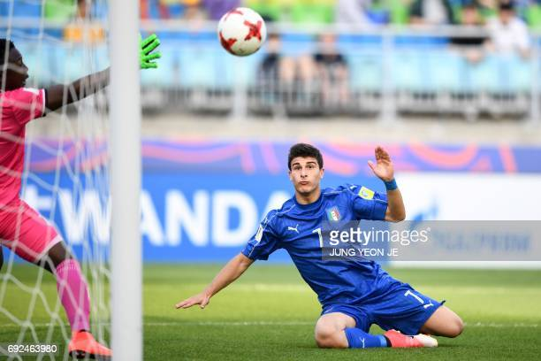 Italy's midfielder Riccardo Orsolini scores a goal past Zambia's goalkeeper Mangani Banda during the U20 World Cup quarterfinal football match...