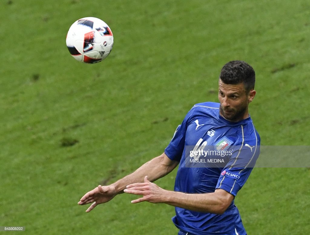 Italy's midfielder Thiago Motta controls the ball during Euro 2016 round of 16 football match between Italy and Spain at the Stade de France stadium in Saint-Denis, near Paris, on June 27, 2016. / AFP / MIGUEL