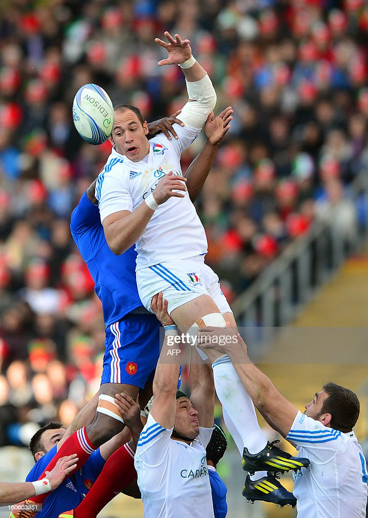 Italy's N°8 and captain Sergio Parisse catches a ball during the Six Nations international rugby union match Italy vs France in Rome's Olimpic Stadium on February 3, 2013. Italy defeated France 23-18.
