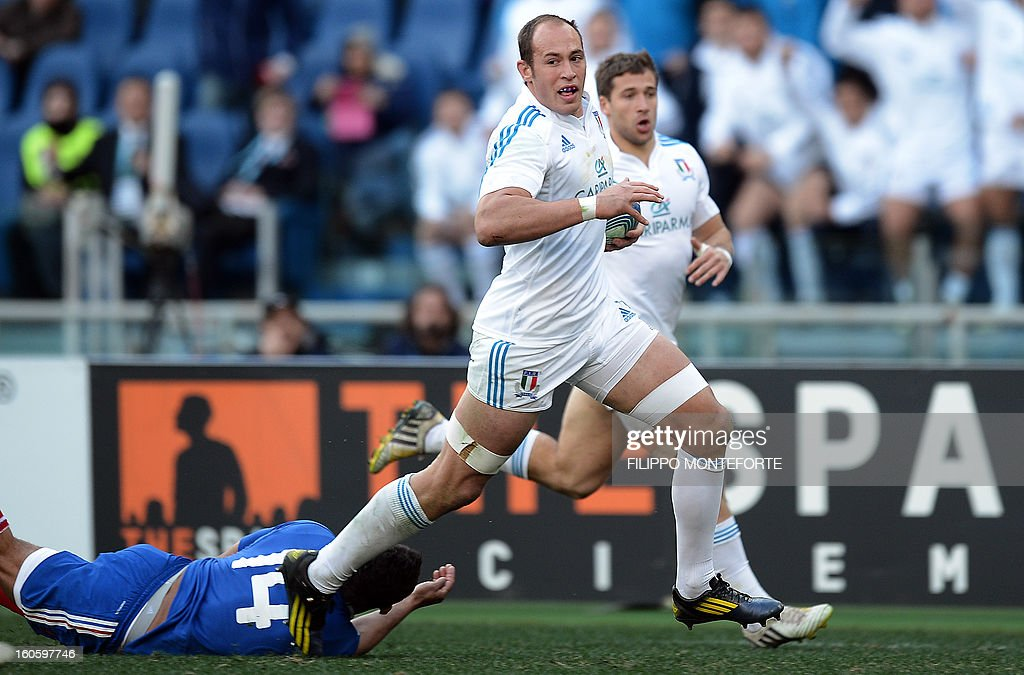 Italy's N°8 and captain Sergio Parisse (R) runs to score during the Six Nations international rugby union match between Italy and France in Rome's Olimpic Stadium on February 3, 2013.