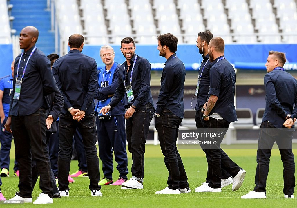 Italy's national soccer players in the San Denis stadium in Paris during a walks around on June 26, 2016, on the eve of the Euro 2016 football match against Spain. / AFP / VINCENZO