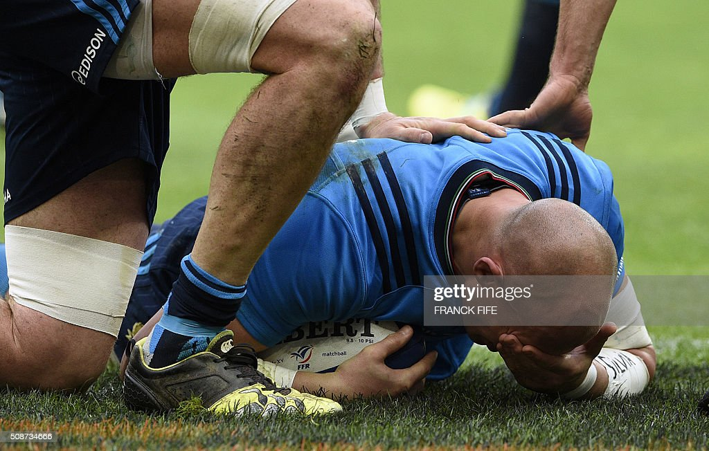Italy's number 8 and captain Sergio Parisse reacts after scoring a try during the Six Nations international rugby union match between France and Italy at the Stade de France in Saint-Denis, north of Paris, on February 6, 2016. AFP PHOTO / FRANCK FIFE / AFP / FRANCK FIFE