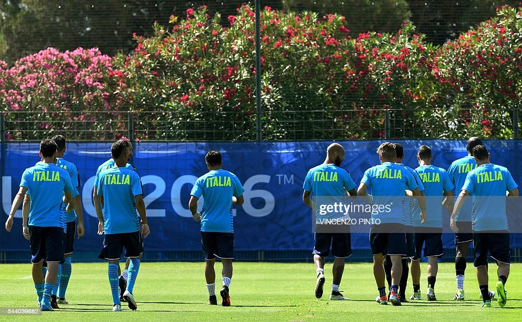 Italy's players attend a training session at Italy's training ground in Montpellier on July 1, 2016 on the eve of the Euro 2016 quarter-final football match between Germany and Italy. / AFP / VINCENZO