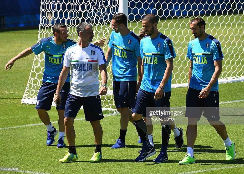 Italy's players attend a training session at the team's training ground in Montpellier on June 28, 2016, during the Euro 2016 football tournament. / AFP / PASCAL