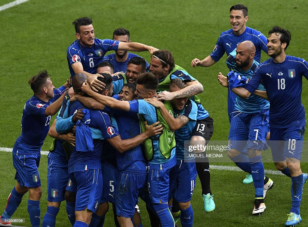 Italy's players celebrate a goal during Euro 2016 round of 16 football match between Italy and Spain at the Stade de France stadium in Saint-Denis, near Paris, on June 27, 2016. / AFP / MIGUEL
