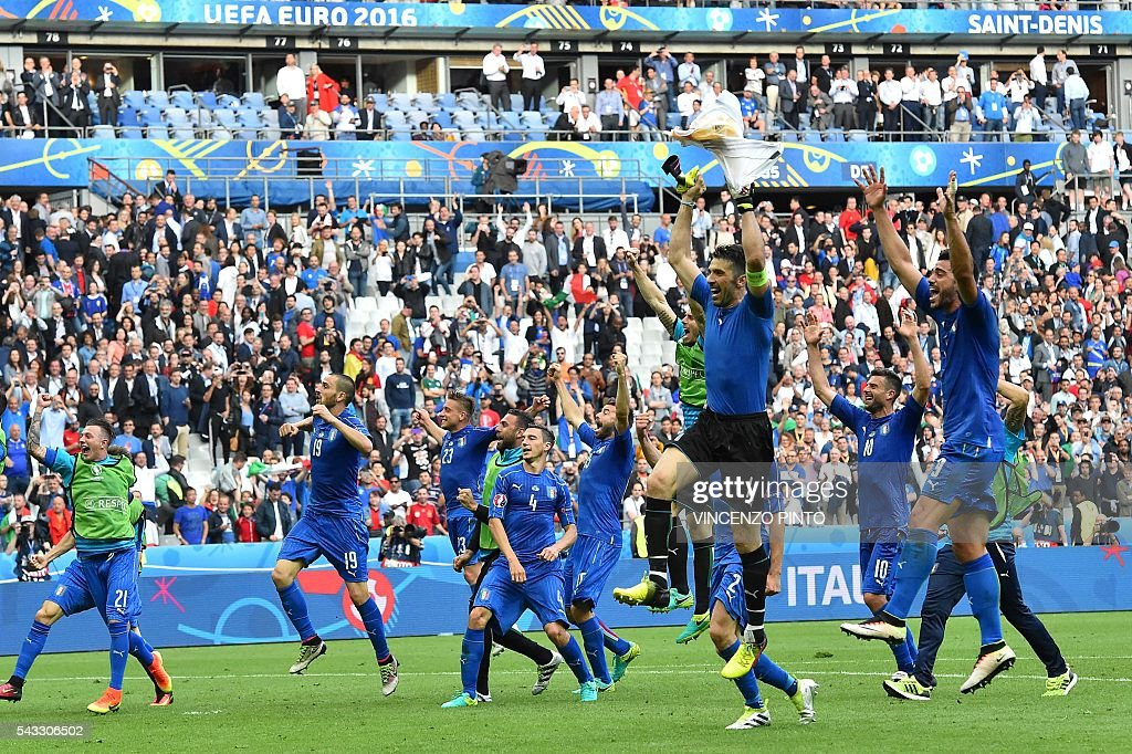Italy's players celebrate after the Euro 2016 round of 16 football match between Italy and Spain at the Stade de France stadium in Saint-Denis, near Paris, on June 27, 2016. PINTO