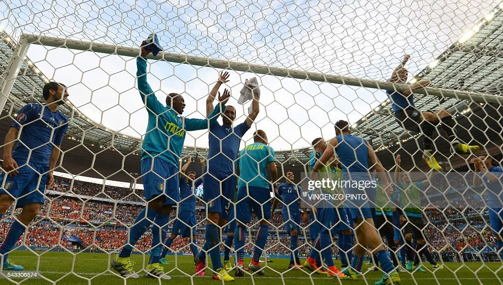 Italy's players celebrate after the Euro 2016 round of 16 football match between Italy and Spain at the Stade de France stadium in Saint-Denis, near Paris, on June 27, 2016. / AFP / VINCENZO