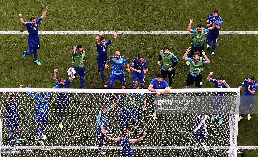Italy's players celebrate after the Euro 2016 round of 16 football match between Italy and Spain at the Stade de France stadium in Saint-Denis, near Paris, on June 27, 2016. / AFP / Vincenzo PINTO