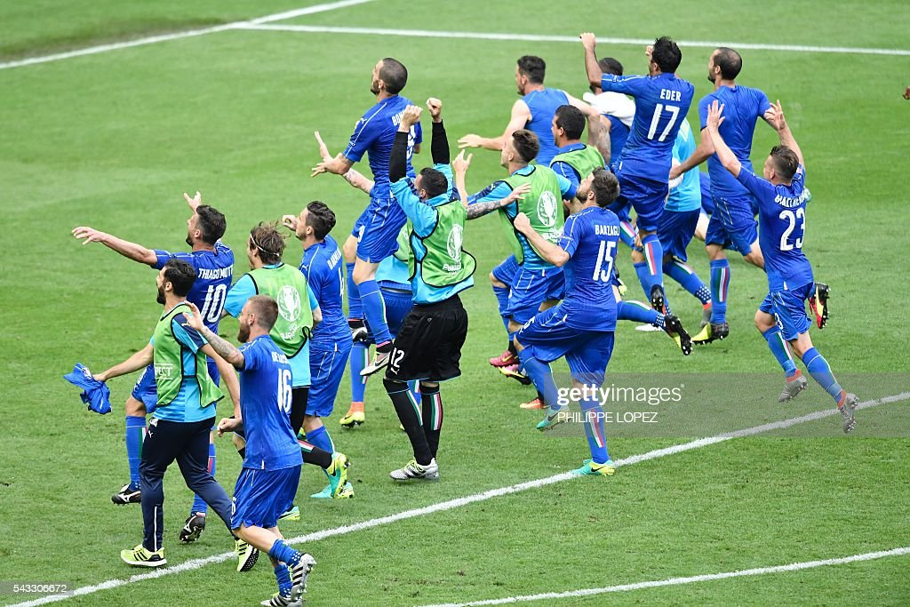 Italy's players celebrate at the end of the Euro 2016 round of 16 football match between Italy and Spain at the Stade de France stadium in Saint-Denis, near Paris, on June 27, 2016. / AFP / PHILIPPE