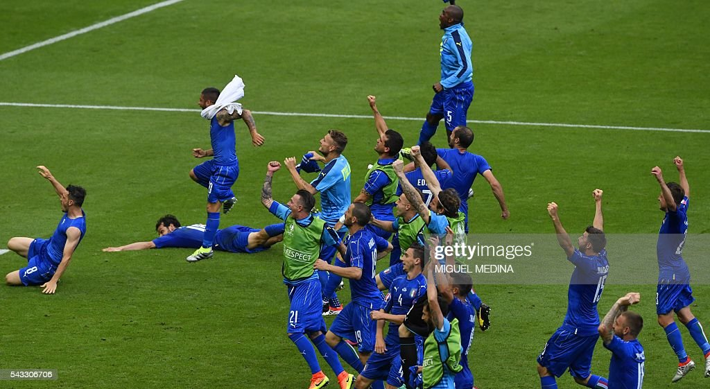 Italy's players celebrate at the end of the Euro 2016 round of 16 football match between Italy and Spain at the Stade de France stadium in Saint-Denis, near Paris, on June 27, 2016. / AFP / MIGUEL