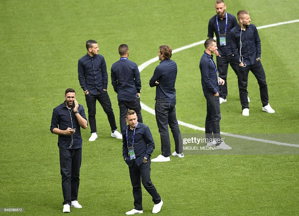 Italy's players gather on the pitch before the Euro 2016 round of 16 football match between Italy and Spain at the Stade de France stadium in Saint-Denis, near Paris, on June 27, 2016. / AFP / MIGUEL