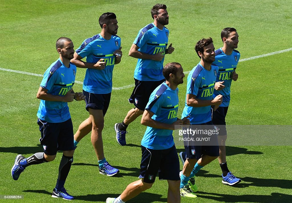Italy's players run during a training session at the team's training ground in Montpellier on June 28, 2016, during the Euro 2016 football tournament. / AFP / PASCAL