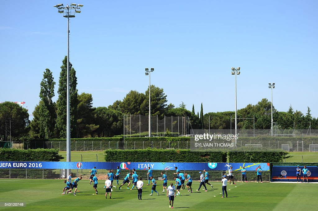 Italy's players take part in a training session at the team's training ground in Montpellier on June 26, 2016, during the Euro 2016 football tournament. / AFP / SYLVAIN