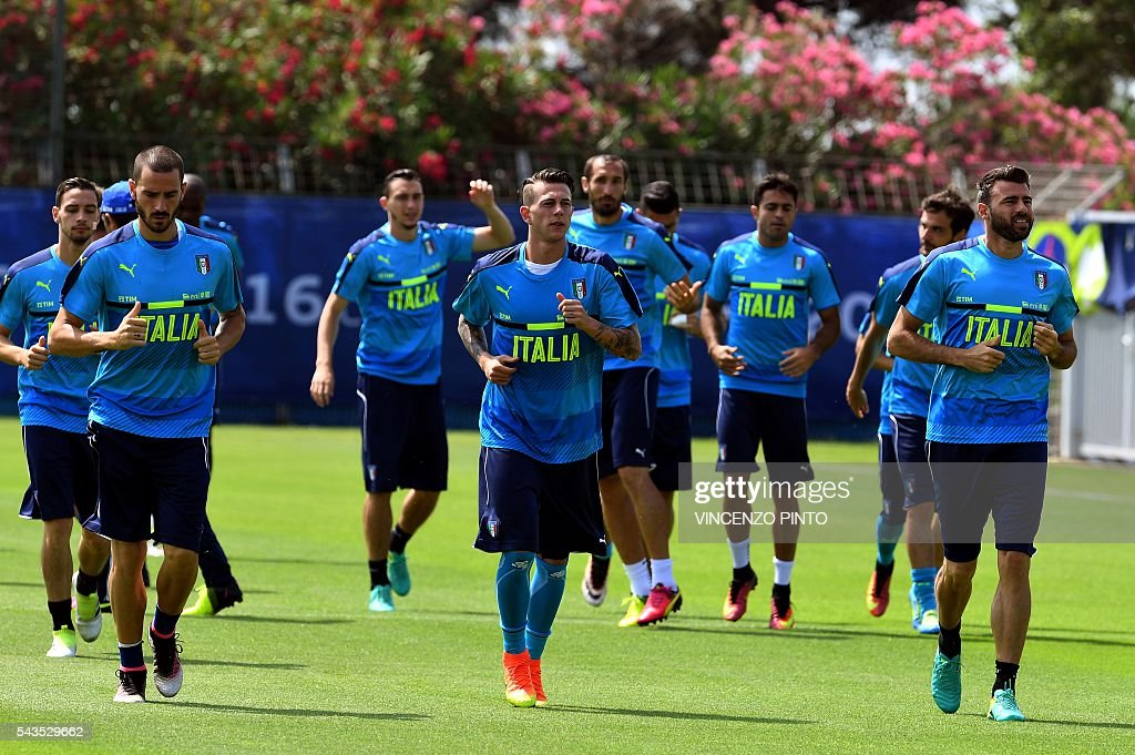 Italy's players take part in a training session at the team's training ground in Montpellier on June 29, 2016, as part of the the Euro 2016 European football championship. / AFP / VINCENZO