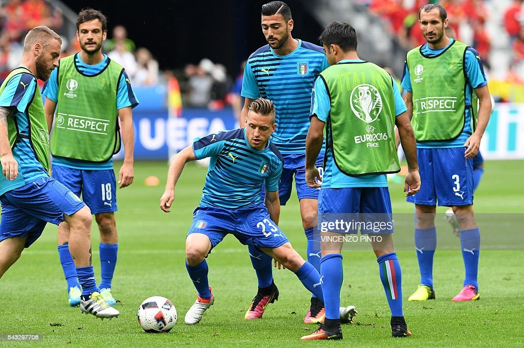 Italy's players warm up ahead the Euro 2016 round of 16 football match between Italy and Spain at the Stade de France stadium in Saint-Denis, near Paris, on June 27, 2016. / AFP / VINCENZO