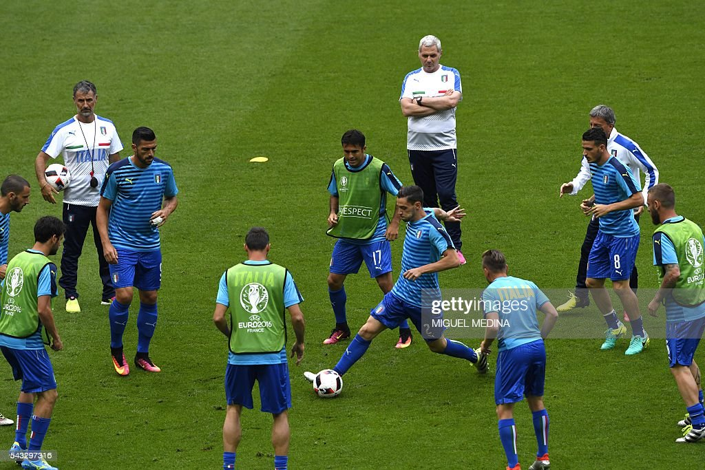 Italy's players warm up before the Euro 2016 round of 16 football match between Italy and Spain at the Stade de France stadium in Saint-Denis, near Paris, on June 27, 2016. / AFP / MIGUEL