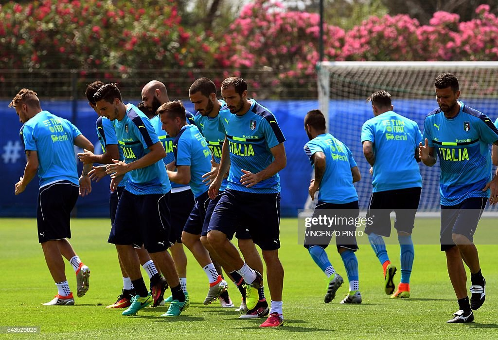 Italy's players warm up during a training session at the team's training ground in Montpellier on June 29, 2016, as part of the the Euro 2016 European football championship. / AFP / VINCENZO