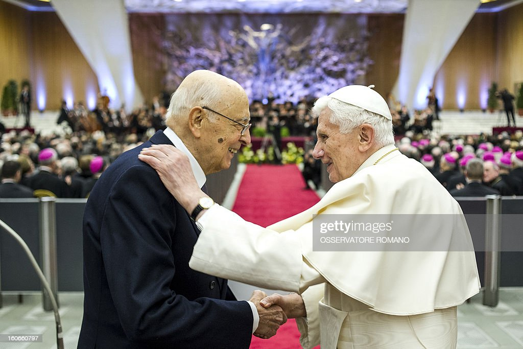 Italy's president Giorgio Napolitano (L)shakes hands with Pope Benedict XVI at the end of a concert by the Orchestra del Maggio Fiorentino, directed by Indian conductor Zubin Metha, to celebrate the 84th Lateran pact's anniversary on February 4, 2013, at the Sala Nervi in Vatican city. AFP PHOTO / HO / OSSERVATORE ROMANO