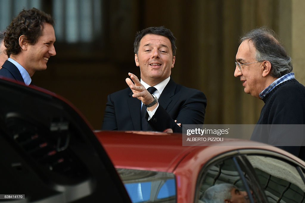 Italy's prime minister Matteo Renzi (C) FCA (FIAT) president John Elkann (L) and CEO Sergio Marchionne (R) take part in the presentation of the new FCA (FIAT) car 'Giulia' on May 5, 2016 at Chigi palace in Rome. / AFP / ALBERTO