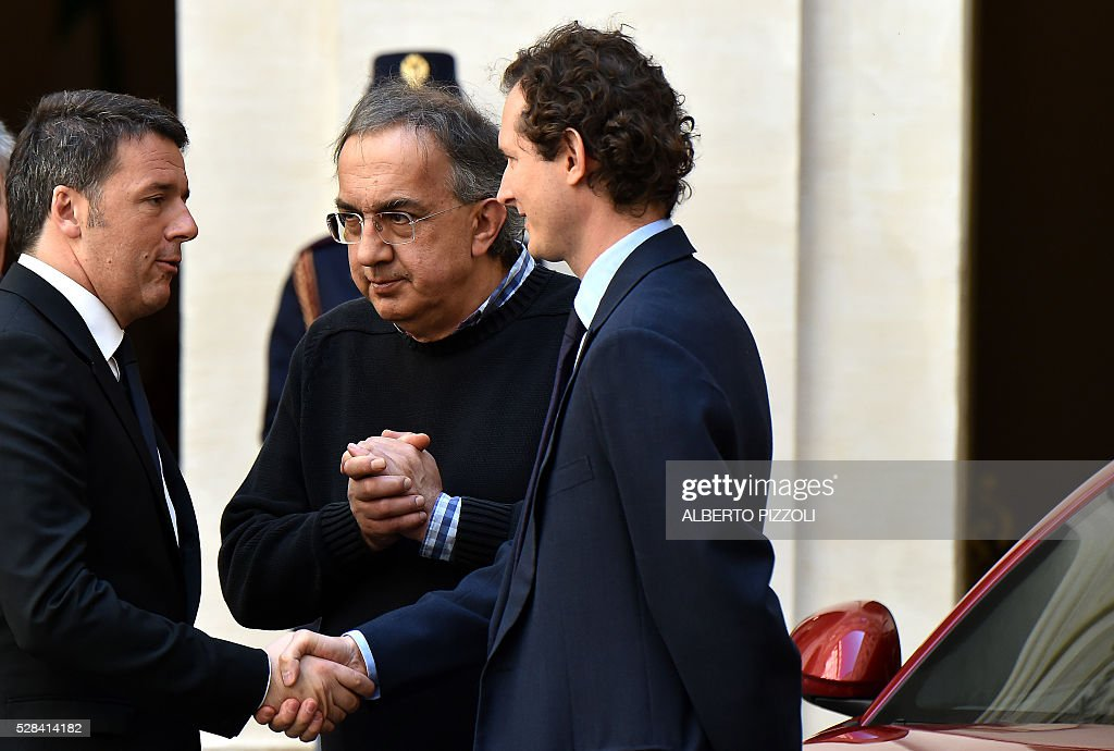 Italy's prime minister Matteo Renzi (L) FCA (FIAT) president John Elkann (R) and CEO Sergio Marchionne (C) take part in the presentation of the new FCA (FIAT) car 'Giulia' on May 5, 2016 at Chigi palace in Rome. / AFP / ALBERTO