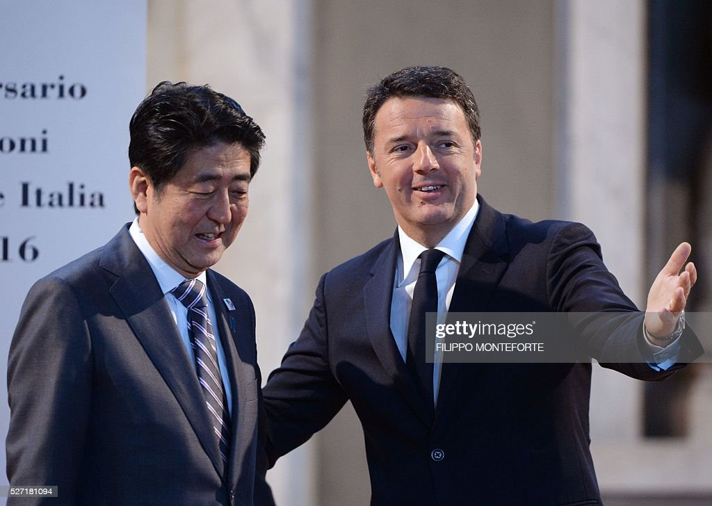 Italy's Prime Minister Matteo Renzi (R) gestures next to his Japanese counterpart Shinzo Abe after their joint press conference following their meeting at Palazzo Vecchio in Florence on May 2, 2016. / AFP / Filippo MONTEFORTE