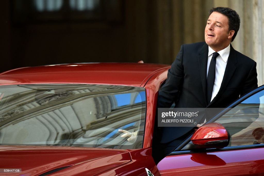 Italy's Prime Minister Matteo Renzi gets into a car during the presentation of the new FCA (FIAT) car 'Giulia' on May 5, 2016 at Chigi palace in Rome. / AFP / ALBERTO