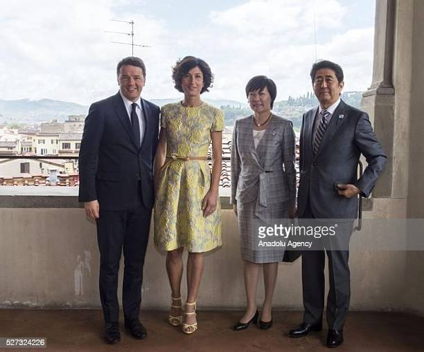 Italy's Prime Minister Matteo Renzi his wife Agnese Landini Japanese Prime Minister Shinzo Abe and his wife Aike Abe meet at Palazzo Vecchio in...