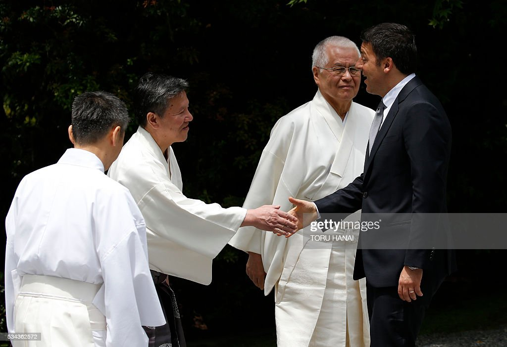 Italy's Prime Minister Matteo Renzi (R) is welcomed by Shinto priests as he arrives at Ise-Jingu Shrine in the city of Ise in Mie prefecture, on May 26, 2016 on the first day of the G7 leaders summit. World leaders kick off two days of G7 talks in Japan on May 26 with the creaky global economy, terrorism, refugees, China's controversial maritime claims, and a possible Brexit headlining their packed agenda. / AFP / POOL / TORU