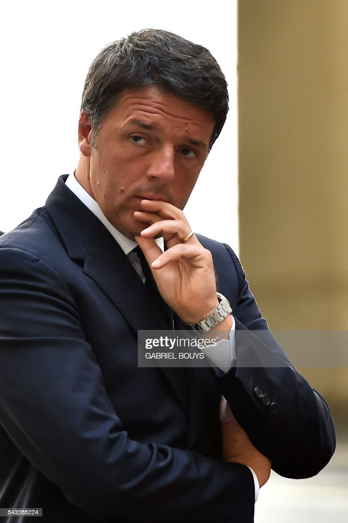 Italy's Prime Minister Matteo Renzi waits for the arrival of Israeli counterpart Benjamin Netanyahu on June 27, 2016 at the Palazzo Chigi in Rome. / AFP / GABRIEL
