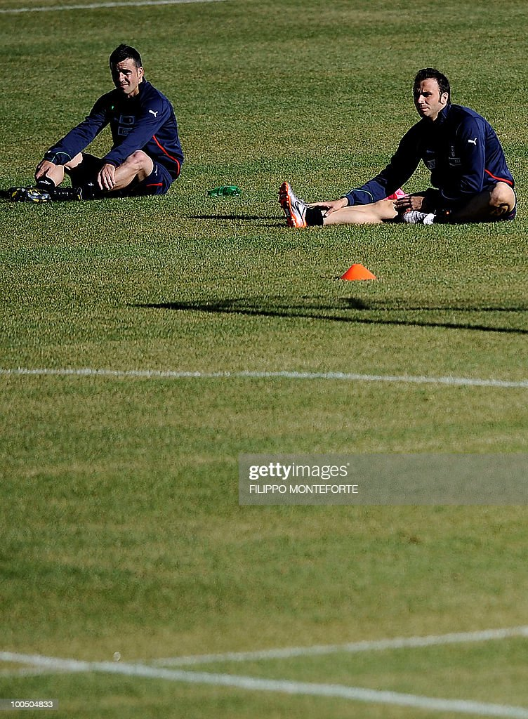 Italy's soccer team forwards Antonio Di Natale (L) and Gianpaolo Pazzini stretch in a training session in Sestriere on May 25, 2010. The Italian team started today a retreat in the mountains of Sestriere before the FIFA World Cup 2010 in South Africa .AFP PHOTO / Filippo MONTEFORTE