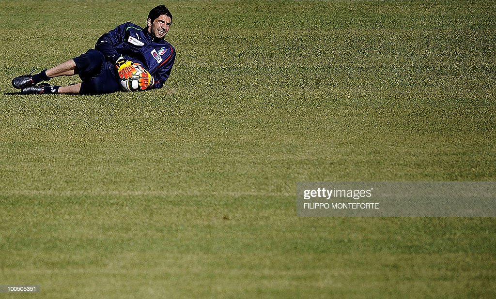 Italy's soccer team goalkeeper Gianluigi Buffon attends training session in Sestriere on May 25, 2010. The Italian team started today a retreat in the mountains of Sestriere before the FIFA World Cup 2010 in South Africa .AFP PHOTO / Filippo MONTEFORTE