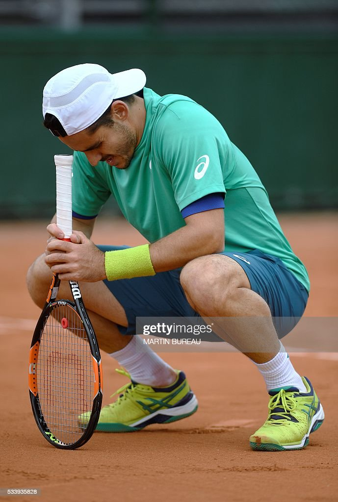 Italy's Thomas Fabbiano reacts after loosing a point against Spain's Feliciano Lopez during their men's first round match at the Roland Garros 2016 French Tennis Open in Paris on May 24, 2016. / AFP / MARTIN