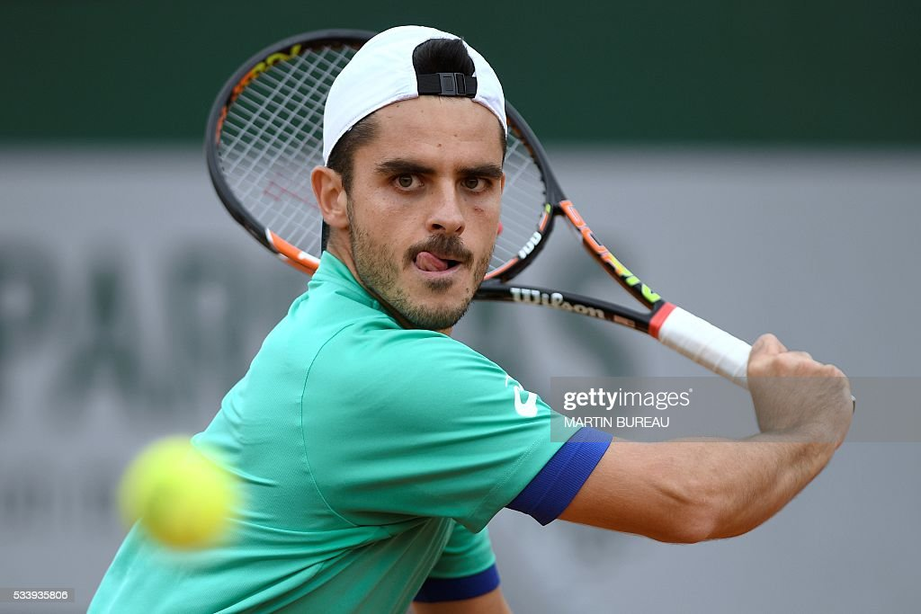 Italy's Thomas Fabbiano returns the ball to Spain's Feliciano Lopez during their men's first round match at the Roland Garros 2016 French Tennis Open in Paris on May 24, 2016. / AFP / MARTIN